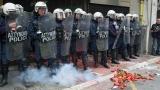 С домати и чушки фермери атакуваха земеделското министерство в Атина