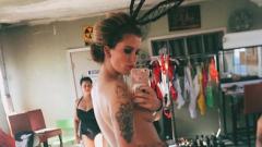 Дъщерята на Ким Бейсинджър и Алек Болдуин показва дупе (СНИМКА)