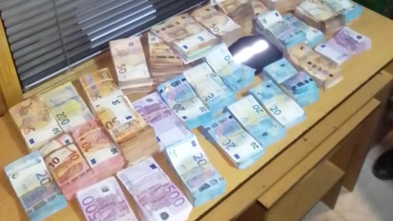Разследват по бързото производство за недекларирани евро и британски лири