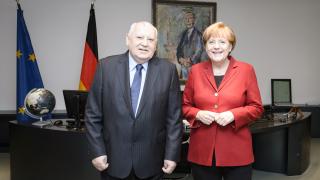 Западът трябва да се откаже от санкциите и опитите да изолира Русия, настоя Горбачов