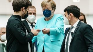 Меркел настоява за по-бързи действия за климата, докато жертвите от наводненията нарастват