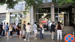 Дълги опашки от хора се извиха пред паспортните служби в страната