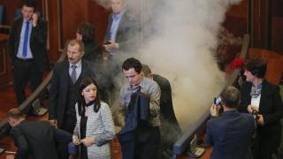 Опозицията в парламента на Косово пак го блокира със сълзотворен газ