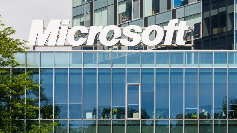 Технологичният лидер Microsoft за кратко достигна 1 трилион долара пазарна