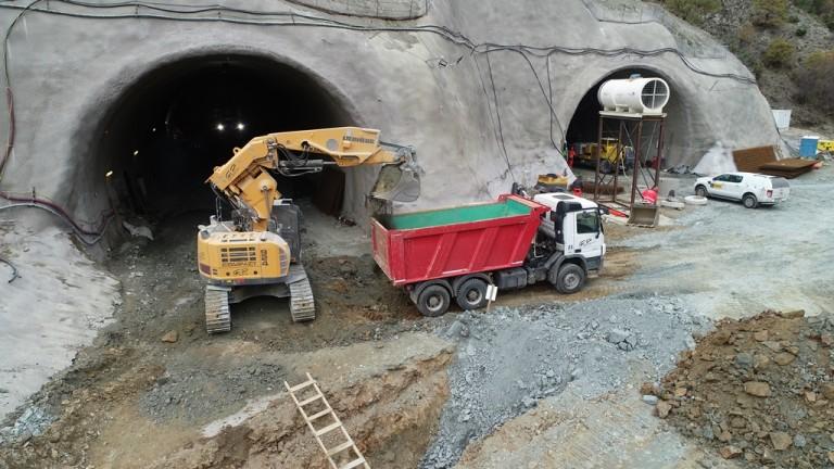 Прокопани са първите 800 м от тунел Железница, който ще