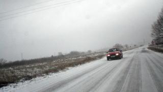 Пътищата в страната са мокри, три от проходите са затворени