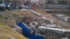Кола полетя в 10-метров изкоп за метрото в София