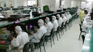 Производители на смартфони се местят от Китай в Източна Европа заради...