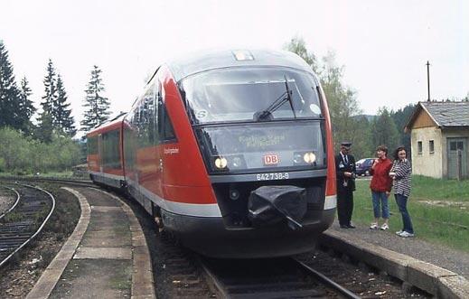 Микробус препречи пътя на пътнически влак
