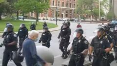 Полицейската бруталност в САЩ продължава, в Бъфало блъснаха и раниха 75-годишен мъж