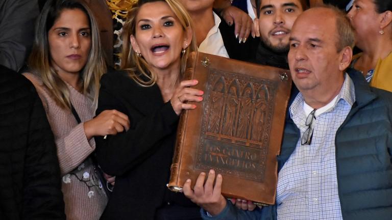 Армията в Боливия подкрепи и. д. президент Жанин Анес