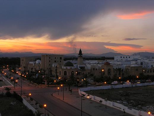 Въведоха комендантски час в 8 региона на Тунис
