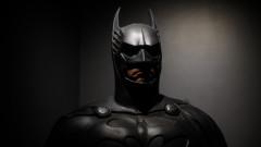 Вал Килмар разказва за костюма на Батман