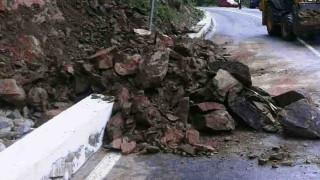 Свлачище отново блокира пътя към Рилския манастир