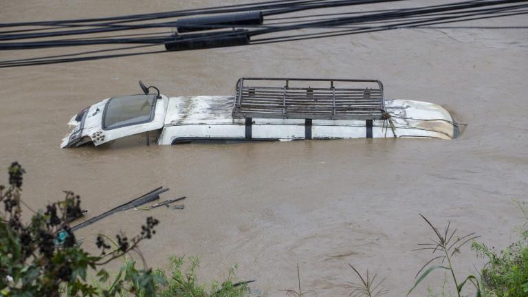 Най-малко 43 души са загубили живота си, след като проливни