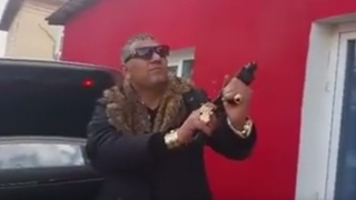 Пазарджишки циганин скандализира Фейсбук с миниарсенал от оръжия