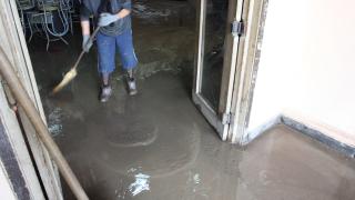 Наводнени мазета подкопават основните на блок в Русе