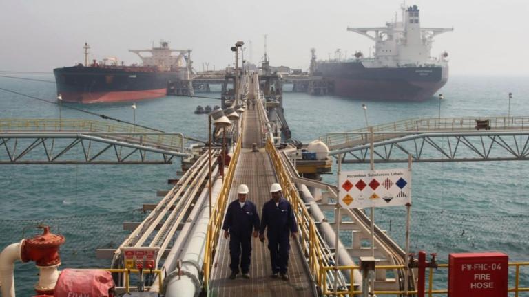 Петролът леко поскъпна, но е под $80 на барел