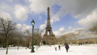 Разходки със снегоходки на Айфеловата кула