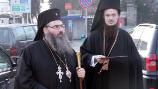 Неприятна, креслива група тероризира Църквата, контраатакува Дионисий