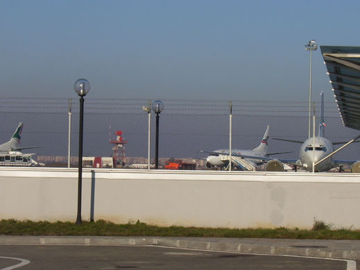 Ремонтират падналата козирка на летище София