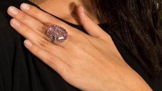 """Диамантът """"Розова звезда"""" продаден за рекордните $71,2 милиона"""