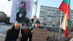 Румънеца без Енчев на протеста пред румънското посолство в София