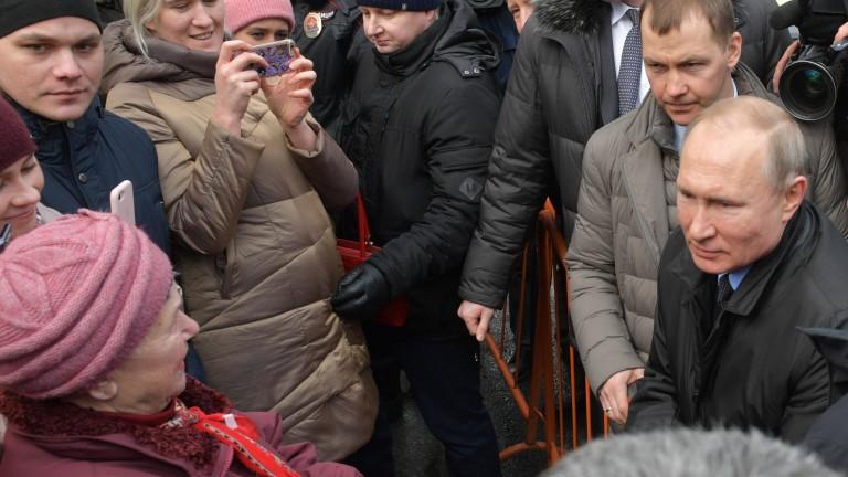 Путин увери бедна рускиня, че не взема най-голямата заплата в Русия