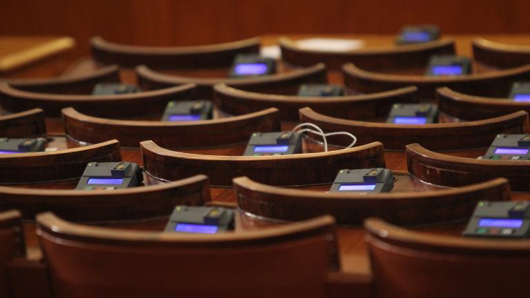 За какво ни е парламент, който ваканцува, когато си поиска?