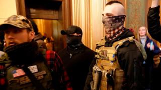 Въоръжени протестиращи американци нахлуха в парламента на Мичиган