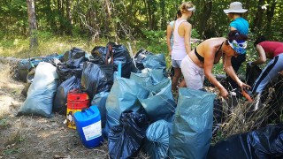 390 000 доброволци почистваха България