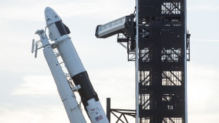 SpaceX успешно приземи ракетата си след изпращане на три канадски сателита