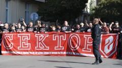 Популярен фен на ЦСКА се снима в офиса на Ганчев и коментира темата с емблемата