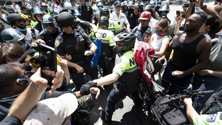 Кметът на Портланд напръскан със сълзотворен газ в протест срещу бруталността на полицията