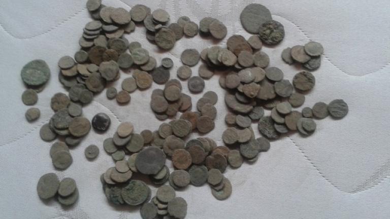 Иззеха над 150 старинни монети от дом в Джебел