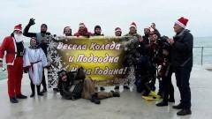Коледни водолази носят лакомства на децата в Бургас