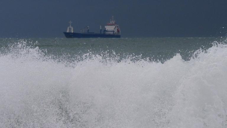 Товарен кораб с 11 души е потънал в Черно море край Истанбул