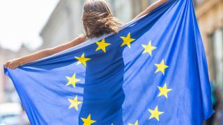 Мнозинството от жителите на ЕС смята че, блокът ще се разпадне в рамките на...