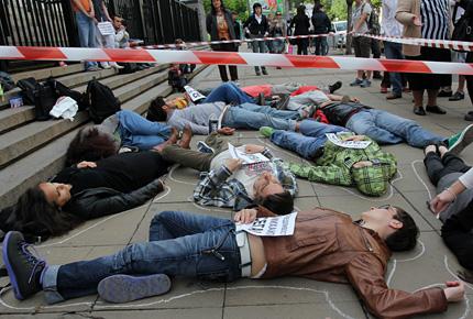 """""""Мъртъвци"""" протестират пред Съдебната палата"""