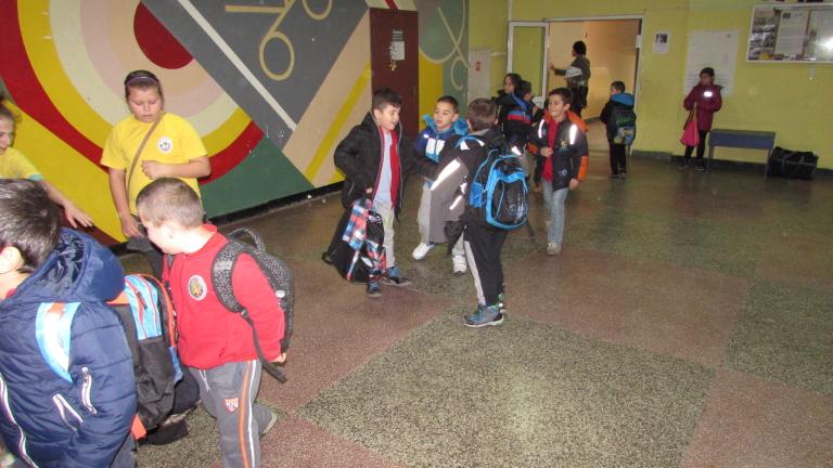 Ученици от Рибново учат в мазето, класните стаи не стигат