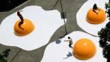 Яйца на очи на тротоара