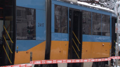 Автобус спря върху трамвайна линия в София