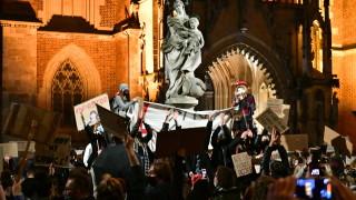 """Моравецки защити забраната за аборти и """"анатемоса"""" протестиращите жени"""