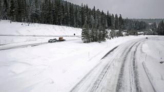 Затвориха път в Калифорния заради пързалящ се 20 минути камион