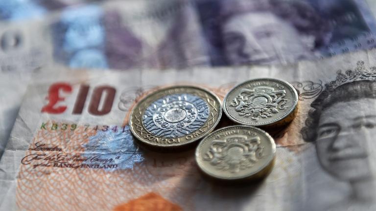 Паундът губи стойност заради проблемите около Brexit