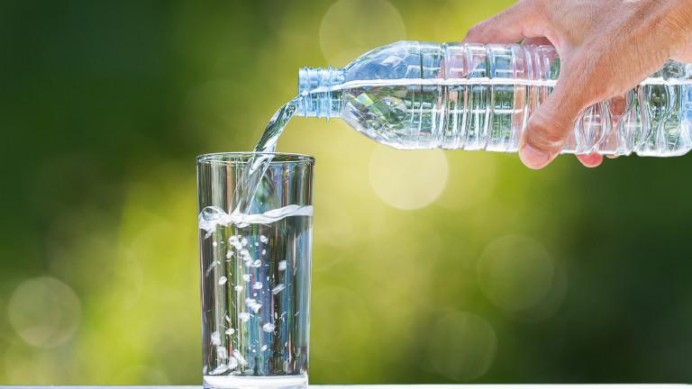 Продажбите на газирани напитки се сриват, а на бутилирана вода растат