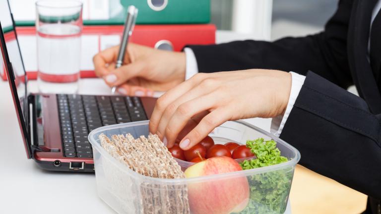 Защо всеки пети лондончанин се притеснява да излезе от офиса си за обяд?