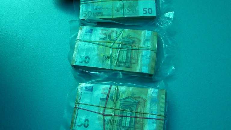 Арестуваха шофьор с 290 000 евро на ГКПП Калотина, съобщиха