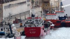 Армията на Малта пое контрол над отвлечения от мигранти танкер край Либия