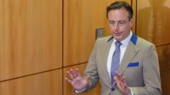 Кметът на Антверпен даде интервю по долни гащи
